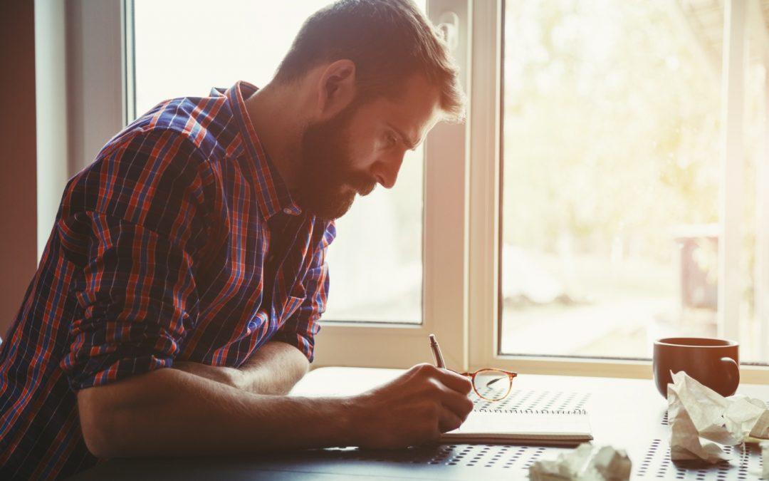 Qui se charge de la rédaction des scénarios pour un agent conversationnel ou un chatbot ?
